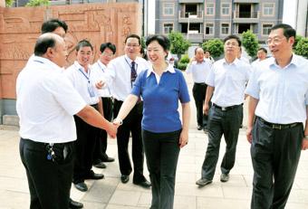 李红民等领导在禄丰县龙城中学看望慰问教职工-李红民在禄丰县走访图片